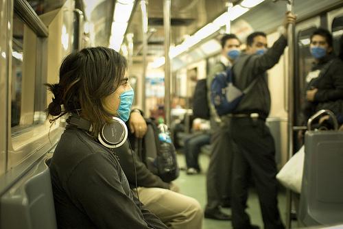電車内でマスクをつけている人々