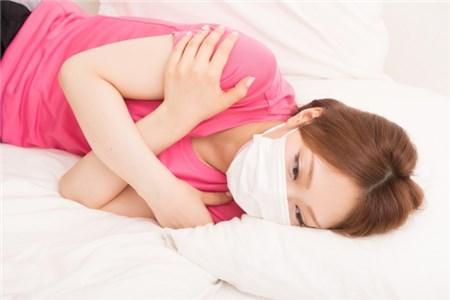 マスクをして横たわる女性