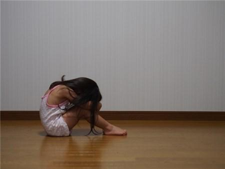 暗いところで泣く女の子