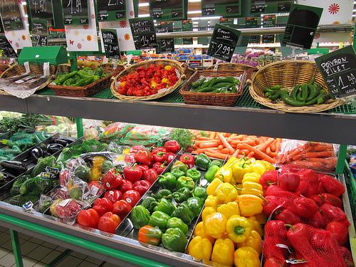 野菜の並んだ陳列棚