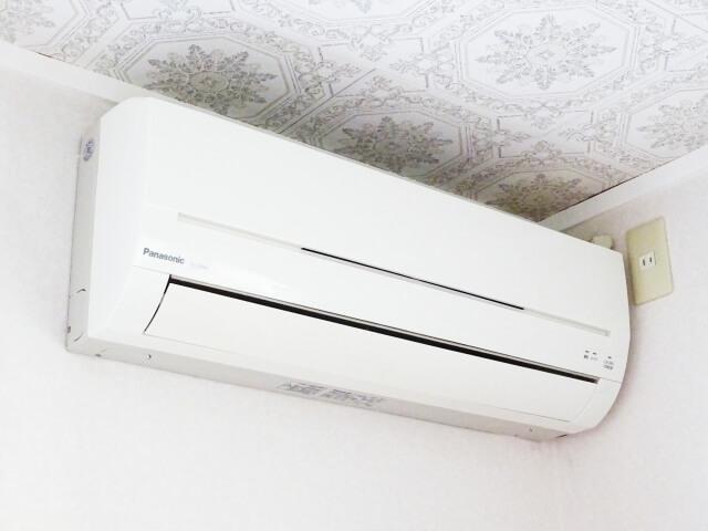 天井近くのエアコン