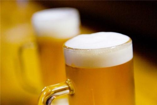 ジョッキに並々注がれた入ったビール