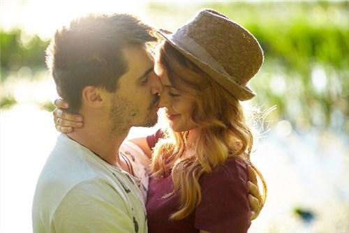 キスする外国人のカップル