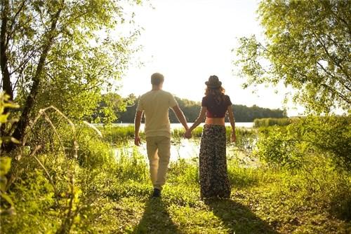 湖へ向かって歩く男女