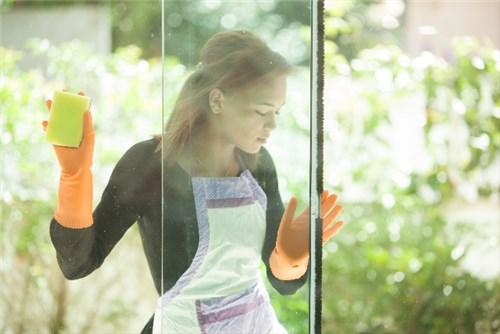 窓ガラスを拭く外国人女性
