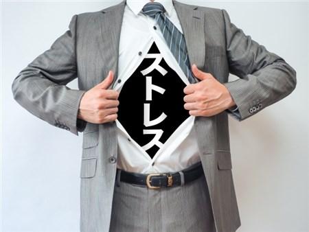 ストレスとお腹に書いたシャツを着る男性