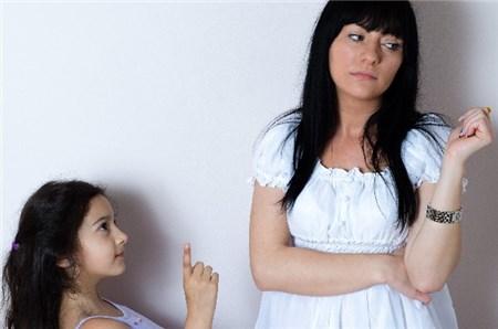 子どもの話を無視する母親