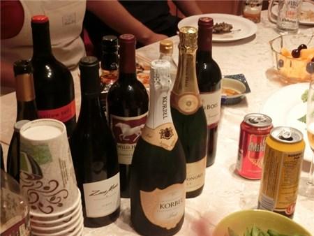 パーティー会場に置かれたワインボトル