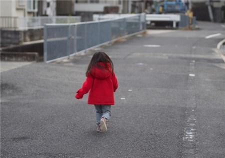 道路を走る女児の後姿