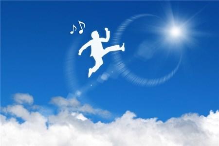 空を飛ぶ男性のシルエット