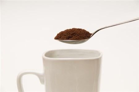 インスタントコーヒーの粉をマグカップに入れる