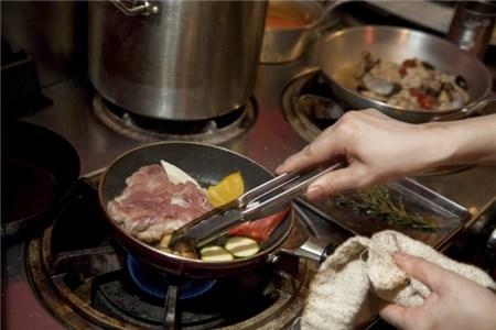 鍋で利料理中
